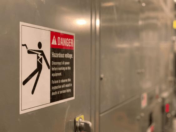 Warning safety sign for hazardous voltage.